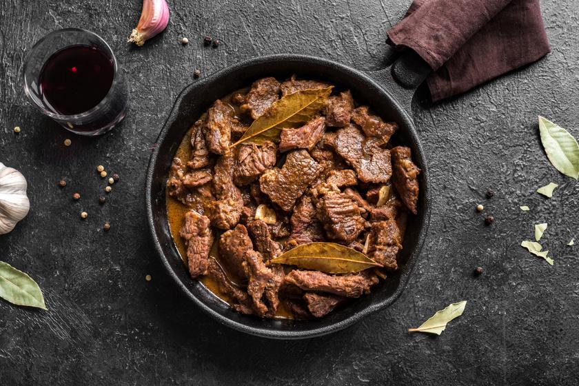 Fokhagymás, szaftos dinsztelt marha: órákon át puhul omlósra a hús