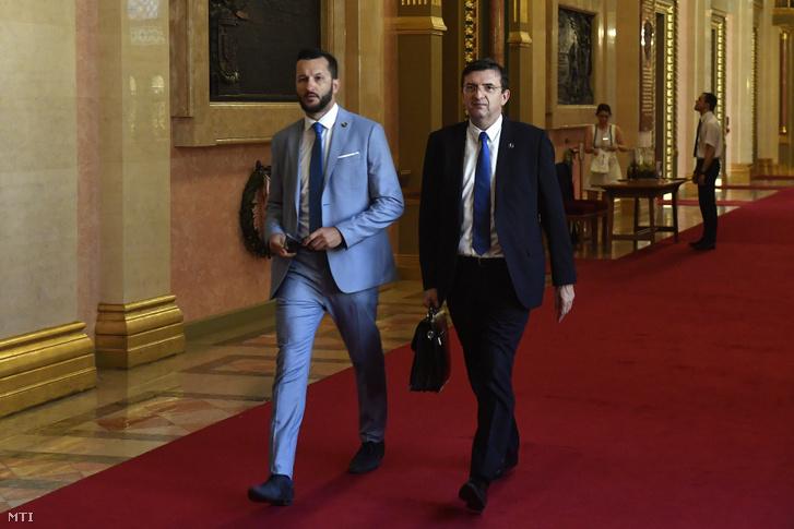 Domokos László, az Állami Számvevőszék elnöke (j) érkezik a Parlamentbe, hogy átadja Kövér Lászlónak, az Országgyűlés elnökének az ÁSZ szakvéleményét a 2020-as költségvetési javaslatról 2019. június 14-én. Az ÁSZ szerint megalapozott a jövő évi költségvetés. Balra Horváth Bálint, az ÁSZ sajtófőnöke.