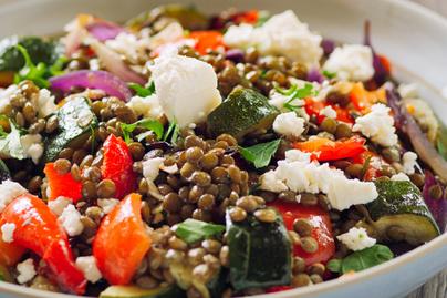 10 perces lencsesaláta rengeteg zöldséggel – Feta sajttal megszórva az igazi