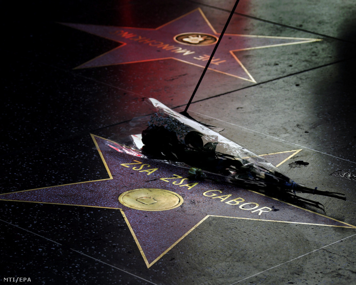 Virágcsokor Gábor Zsazsa magyar származású amerikai színésznő csillagán a Hollywoodi hírességek sétányán 2016. december 19-én