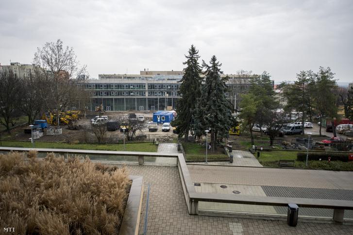 A Pécsi Tudományegyetem (PTE) Általános Orvostudományi Karának épülő új épületszárnya 2020. február 4-én