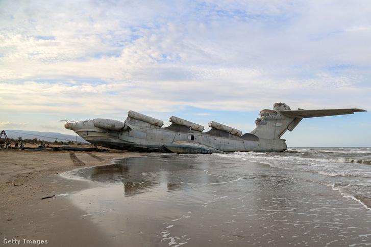 """Az elhagyott """"hajó"""" a parton."""