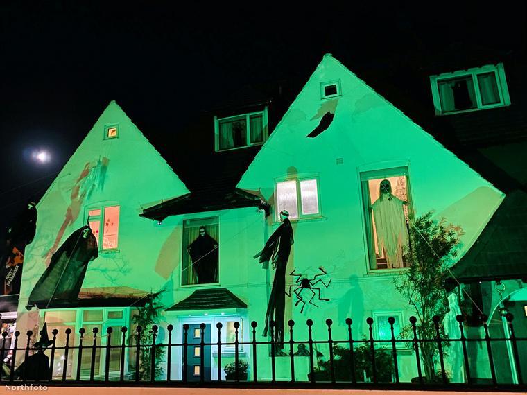 A jobb hatás kedvéért éjszaka zöld fénnyel van megvilágítva a ház.