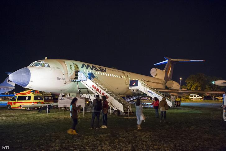 Látogatók egy TU–154 sugárhajtású utasszállító repülőgépnél a Múzeumok éjszakája rendezvényen Budapesten az Aeroparkban 2015. június 20-án