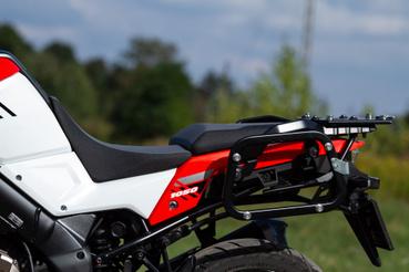 Két centit mozgatható fel-le a vezetőülés mindkét motoron, a Suzukin egy fokkal könnyebb átrakni de kell hozzá szerszám