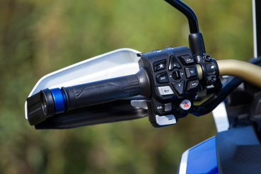 Itt igazodj ki! Huszonkettő különböző gombot/billenőkapcsolót kap a bal kezed. Egyes szitukban nagyon előnyös, ha direkt gombod van egy bizonyos funkcióra, de hogy betanítás nélkül sosem fogsz rájönni a Honda elektronikájának minden trükkjére, az is biztos