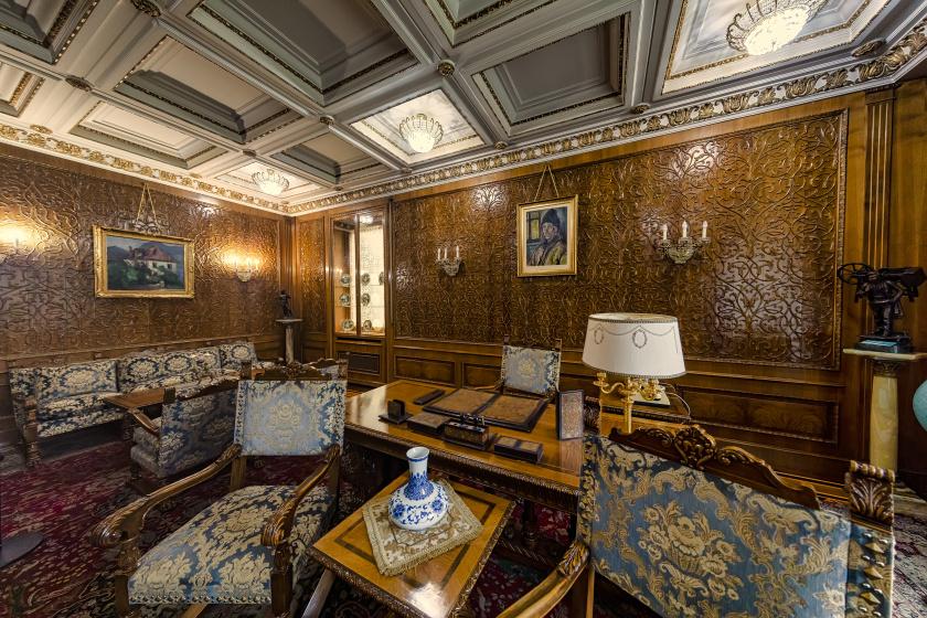 A bukaresti Primaverii- (Tavasz-) palota a Ceaușescu család fő rezidenciája volt. Visszafogottnak nem nevezhető berendezése a feleség, Elena Ceaușescu ízlését tükrözte.