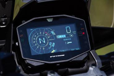 Végülis színes, azonban a TFT-k, nemhogy az érintőképernyők korszaka még nem köszöntött be a Suzukihoz