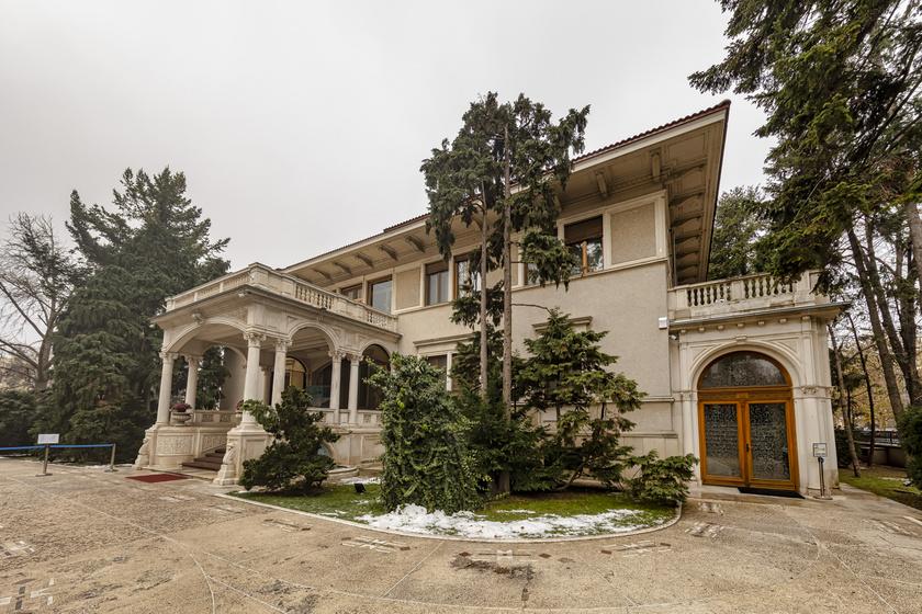 Itt pihentek a véreskezű diktátorok: Ceaușescu rezidenciája maga a luxus, Franco tábornok nyaralója, akár egy erőd