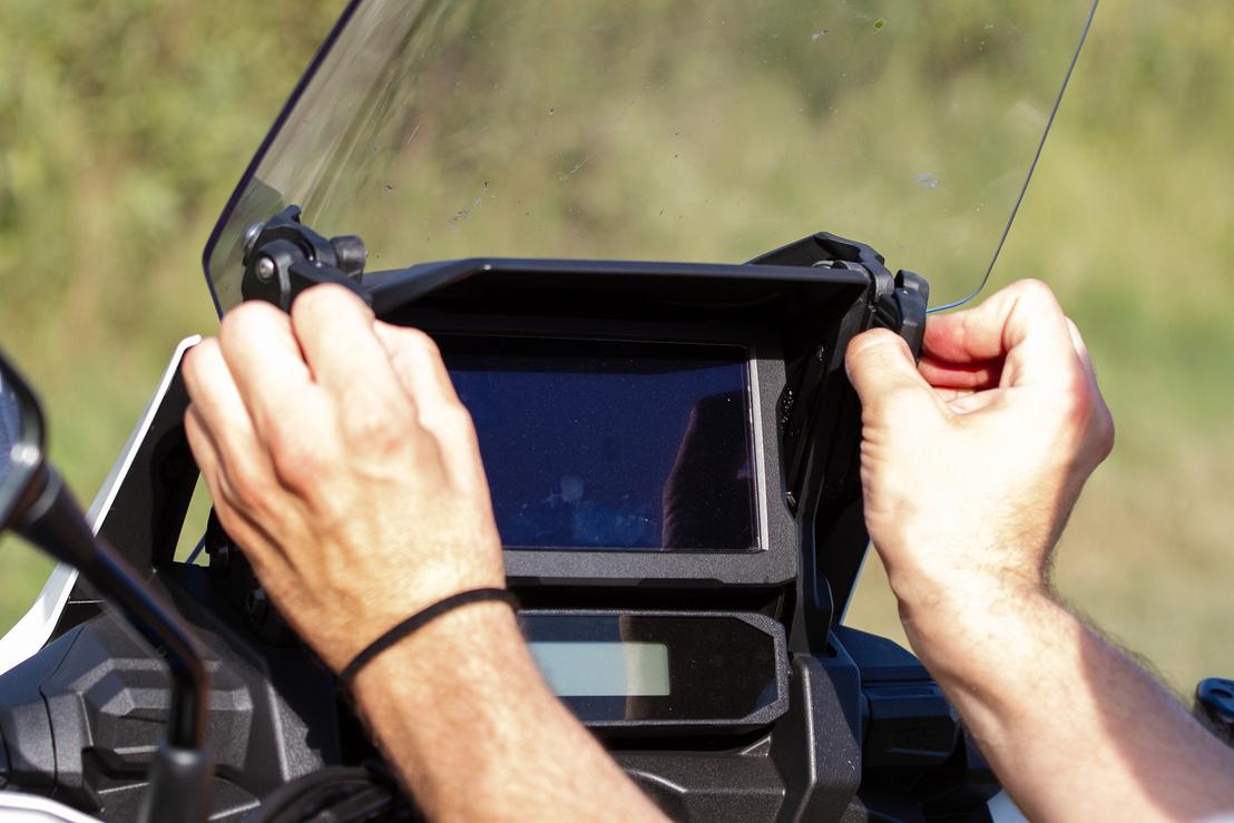 Kétkezes műanyag fülek - a plexiállítást oldották már meg szebben, klasszabban és egyszerűbben mások. Mondjuk, nem feltétlenül a Suzuki a V-Stromon!