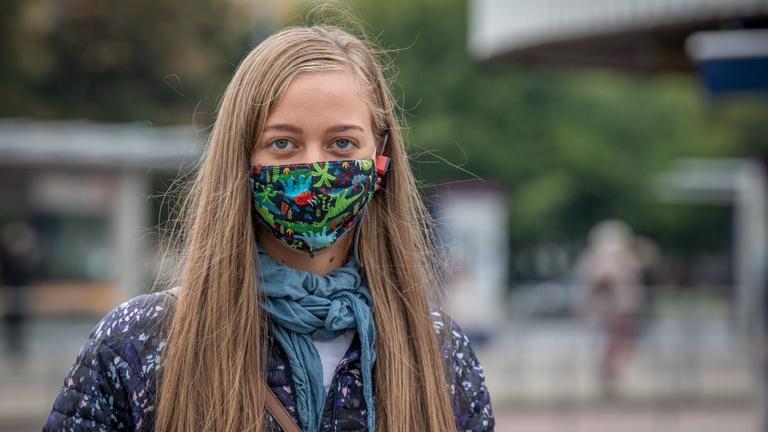 Az utcán még épp nem kötelező a maszk