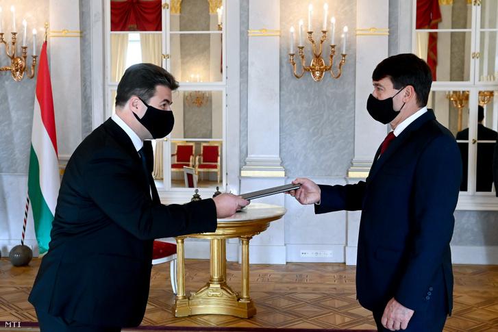 Erdős Norbert, az Agrárminisztérium államtitkára átveszi Áder János köztársasági elnöktől a kinevezését a Sándor-palotában 2020. október 28-án