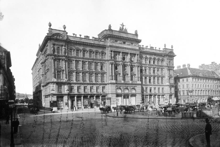 A mai Vörösmarty téren 1873-ra készült el a Német Színház helyén a Haas Fülöp és Fiai szőnyegkereskedő cég részére a Haas-palota. Első két szintjén a szőnyegáruház, a felső három szinten bérlakások kaptak helyet. A második világháborúban bombatalálatot kapott, 1959-ben lebontották. Később a helyén épült fel a ma már szintén nem látható Országos Rendező Iroda székháza.