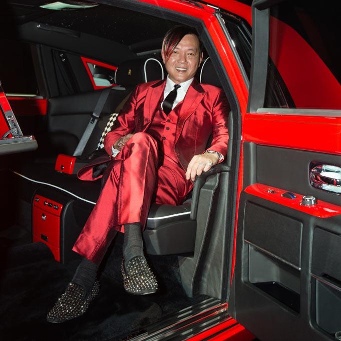 Stephen Hung egy tűzpiros Rolls Royce autóban.