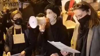 Kétezren tüntetnek Budapesten a lengyel nők jogáért az abortuszhoz