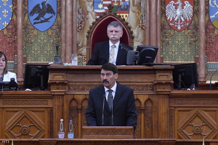 Áder János köztársasági elnök beszédet mond, mögötte Kövér László házelnök az Országgyűlés ünnepi ülésén 2020. május 2-án