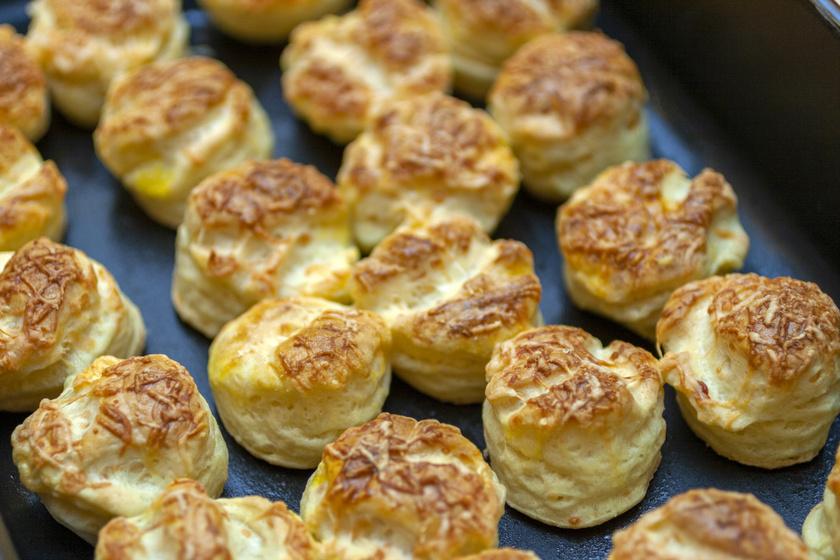 Letehetetlen foszlós sajtos pogácsa: a tésztába is jócskán kerül sajt