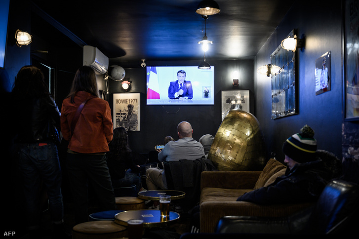 Emmanuel Macron beszédét hallgatják egy bordeaux-i kávézóban 2020. október 28-án