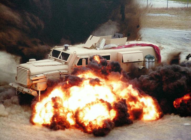 Az egyik első Cougar MRAP robbantásos tesztje 2007-ben