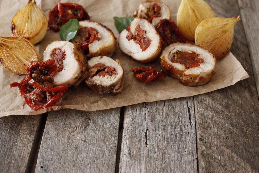 Fűszeres, aszalt paradicsommal töltött csirkemell: szaftos és omlós lesz