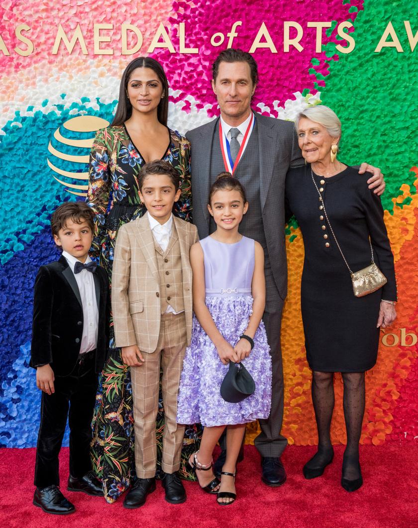 Matthew McConaughey feleségével, édesanyjával és gyermekeivel a Medal of Arts elnevezésű rendezvényen 2019-ben.