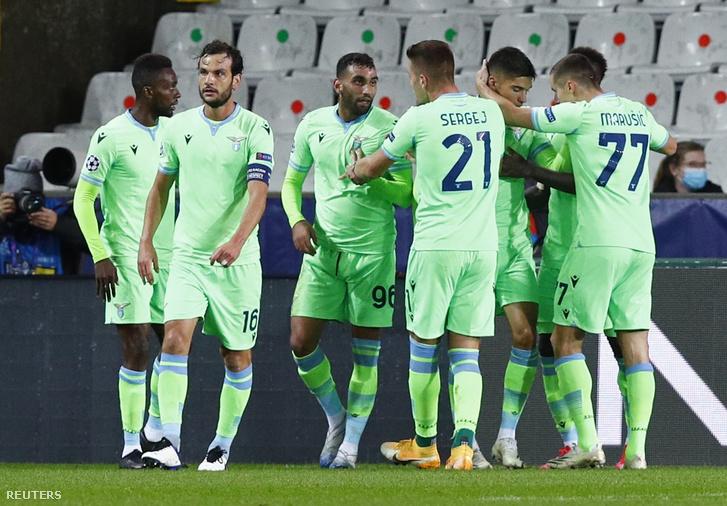 A Lazio játékosai ünneplik a Brugge elleni gólt