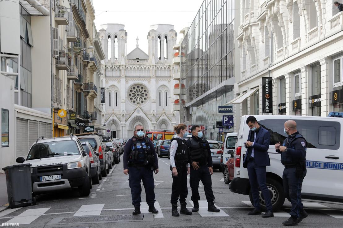Rendőrök a lezárt terület előtt, a Notre-Dame-székesegyháznál, ahol a késes támadás történt a mai napon