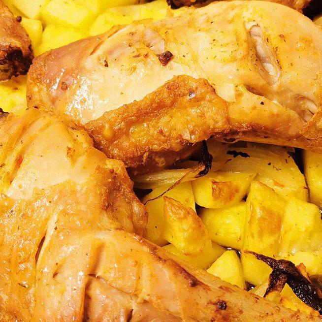 Gyors, egytepsis vacsora: a sült csirkecombok a körettel együtt pirulnak
