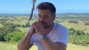 Nézze, Chris Hemsworth milyen viccesen kérkedik  fejnagyságú bicepszével