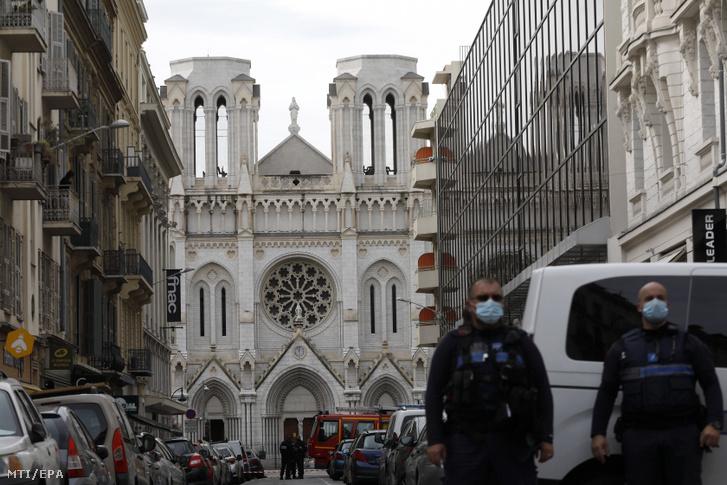 Rendőrök a nizzai Notre-Dame-bazilikánál elkövetett késes támadás helyszínén