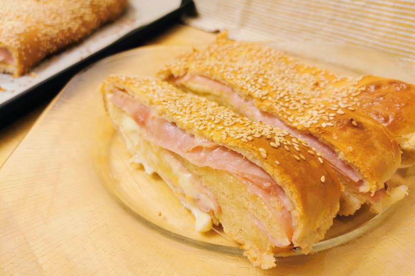 Foszlós, sonkával és sajttal töltött tekercs – A vajtól és a tojástól pihe-puha lesz a tészta