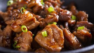 Még egy variáció koreai csirkére – körtés-szójaszószos salátával tálald