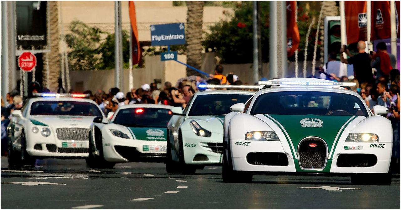 A dubaji rendőrautó flotta tagjait kár lenne egyesével kiemelni, hiszen Bugatti Veyrontól kezdve Ferrari FF-n át Brabus B63 S-ig minden van, de tényleg minden. Ezek persze sokkal inkább a turizmusról és a látványról szólnak, mintsem a rendfenntartásról, de miért pont Dubajnak ne lenne ilyen flottája? Anti pár éve ült is némelyikben.