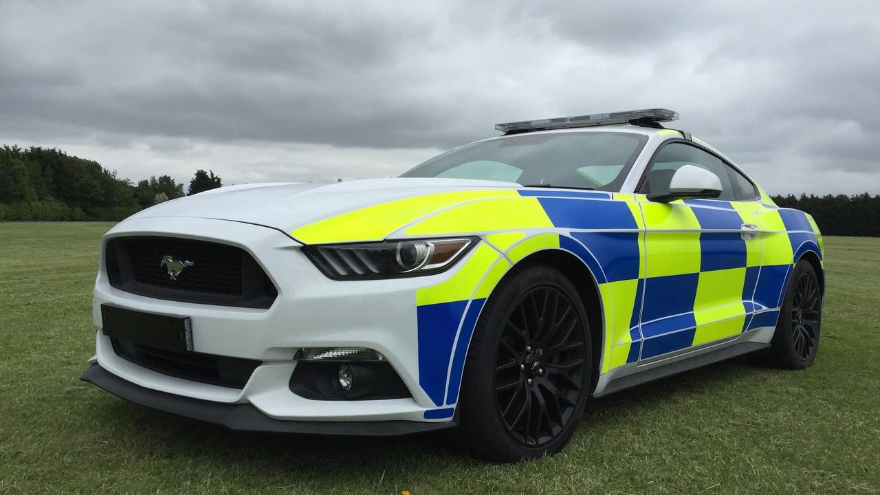 Pár éve vette fontolóra a brit rendőrség, hogy M2-es BMW-ket és Mustangokat alkalmazzanak szolgálati autóként, a nagy hírverést kiállítással is megalapozták. Állítólag az Mustangnak még reális esélye is volt flottataggá válni, de aztán folyamatosan elhalkultak a rendőr-Mustanggal kapcsolatos hírek, és mindenki megfeledkezett róla. Pár évvel korábban hírverés alkalmából egy McLaren 12C-t is mutogatott a brit rendőrség, persze abból sem lett semmi végül.