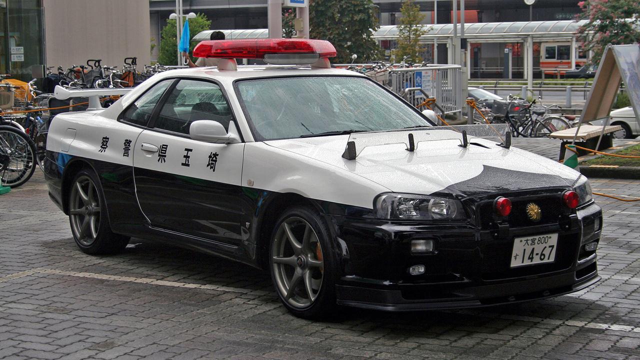 Nem rég volt hír, hogy japán rendőrautó flottája új taggal bővült, nem is akármilyennel: egy Lexus LC 500 kupéval. A 464 lóerős sportautó díszes társasághoz csatlakozott, japánnak ugyanis több hasonlóan komoly szolgálati autója van, például egy Nissan R34 Skyline GT-R is. Az 1999 és 2002 között gyártott R34 a gyári adatok szerint 276 lóerős, valójában ennél jóval több, 330 körül van. Nem is ez a legszebb, hanem hogy ezt az autót tényleg használják, már többször bevetették élesben is.
