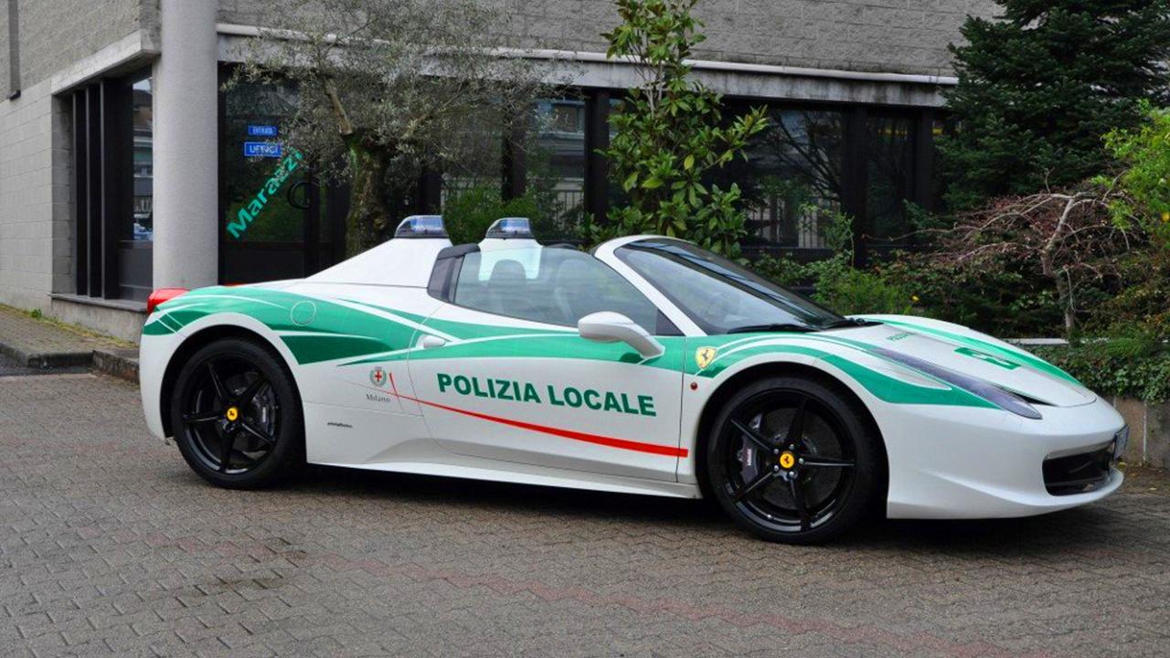 A Ferrari 458 Spider a milánói rendőrséghez tartozik, és ezt az előzőktől eltérően nem szállításra használják, hanem normális, hétköznapi rendőrautóként üzemel. A Ferrari történetében a csavar az, hogy maffia tulajdonában állt az autó, azonban a rendőrség lefoglalta. Mi több, használatba is vette, ugyanis Olaszországban a rendőröknek és tűzoltóknak joguk van igényelni a lefoglalt járműveket. Ezzel a gyerekeknek akartak példát statuálni, hogy nem éri meg bűnözőnek állni. Más kérdés, hogy az üzenet magában hordozza azt, hogy a bűnözőknek van pénze Ferrarira.