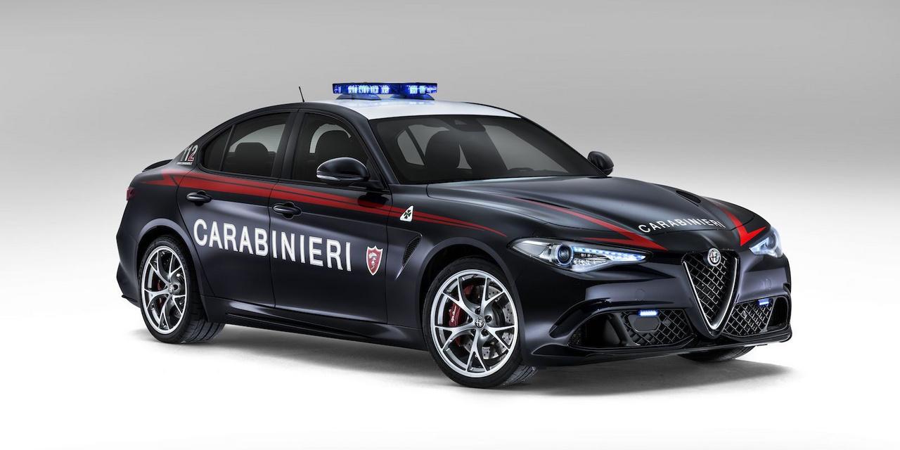 Szintén a csendőrség tulajdona, és ez is ugyanazt a feladatot látja el, mint a korábbi olasz szolgálati kocsik, azaz donorszerveket szállít. Ezeket az autókat egyébként nem vezetheti minden rendőr, csupán pár, a feladatra kijelölt személy használhatja. Ez nem véletlen, csakúgy, ahogy a többi donorszállító, a Gulia QS is borzasztóan erős 503 lóerejével, és nem egyszer láttuk már, hogy az ilyen teljesítményű autók felett nagyon könnyen el lehet veszteni az uralmat. Éles helyzetben meg pláne, amikor jócskán 200 km/óra felett kell kerülgetni az autókat, hiszen perceken múlhatnak életek, akkor különösen nagy koncentrációt igényel a feladat.