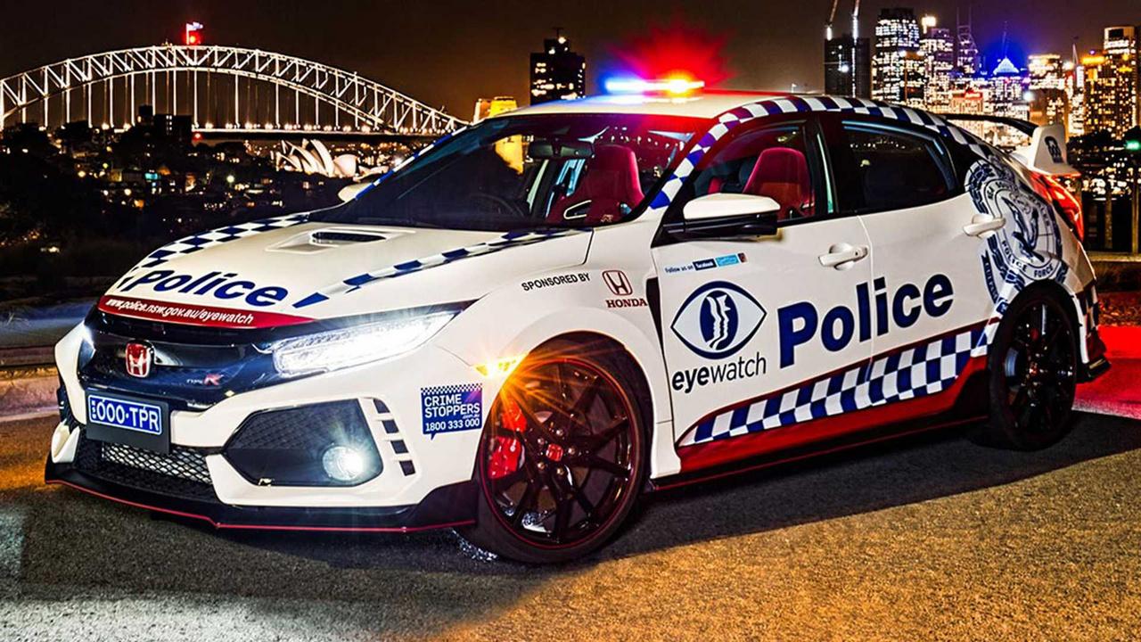 A Honda Civic Type R kicsit kilóg a sorból, de nem feltétlen azért, mert gyenge, 306 lóerőre semmiképp nem lehet ezt mondani. Viszont sokkal elérhetőbb, mint bármelyik autó a listából. Mindenesetre rendőri köntösben nem gyakran látni, Ausztráliában viszont tavaly óta igen: egy évre lett a flotta tagja, de nem használják élesben, csak kiállításokon parádéztatják. A fényűzés ellenében viszont itt valódi értelem is rejlik a kiállítások mögött, a rendőrség így akarja ösztönözni a civileket a rendőri munkára.