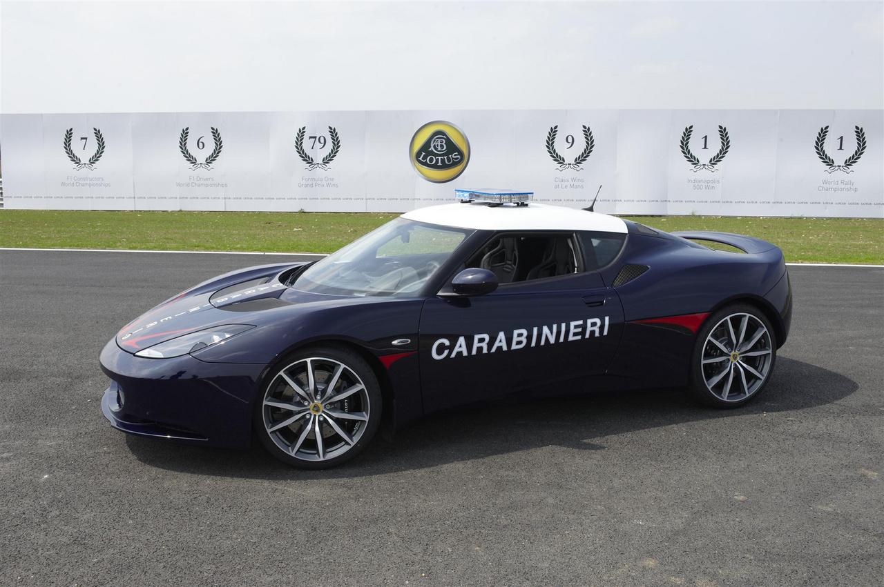 Az olasz csendőrség, az Arma dei carabinieri több luxusautót tudhat a magáénak, például két Lotus Evora S-t. Ezek is ugyanazt a célt szolgálják, mint a Lamborghinik, tehát minél kevesebb idő alatt jutattnak el velül A-ból B-be transzplantációra szánt szerveket. Ha nem is 500 meg 600 lóerős, a maga 346 lóerejével is kellően gyors.