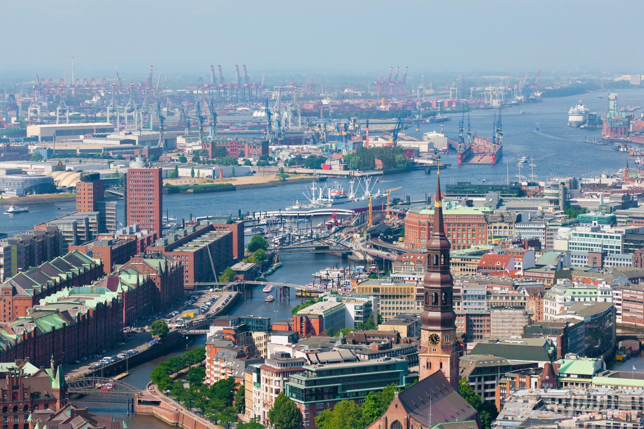 HamburgA nagyvárosokban a hagyományos gépjárművek felelnek a nitrogén-dioxid-kibocsátás legnagyobb hányadáért, ezért amennyiben tehetjük, szálljunk ki az autónkból és válasszunk alternatív közlekedési eszközt. Az alternatívák keresése az élet számos területén megkönnyítheti az életünket és megkímélheti a környezetünket, legyen szó autózásról, fűtésről, ruházkodásról, kávézásról, vagy akár a dohányzásról.
