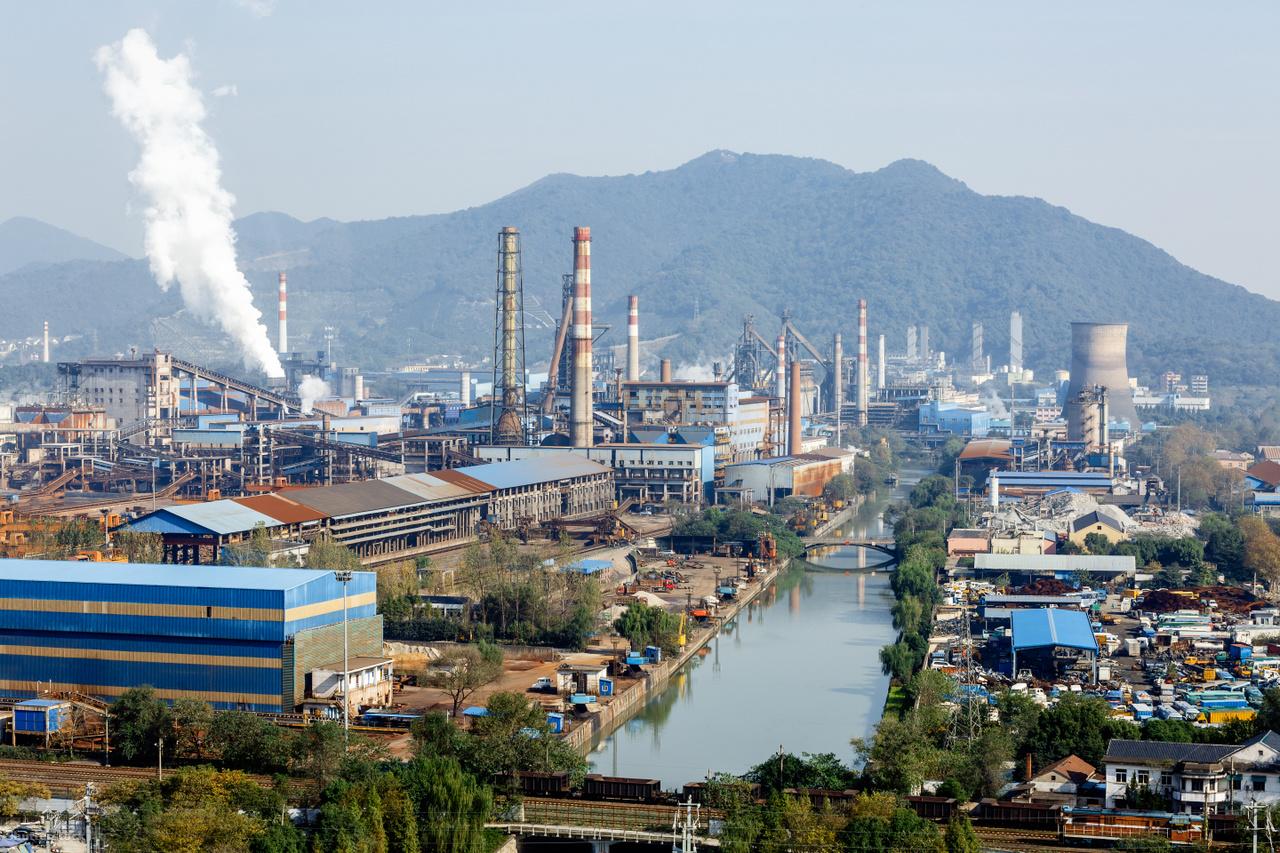 IparvárosA dohány égése során keletkező cigarettafüstben hasonló káros anyagok keletkeznek, mint a képen látható iparvárosokban. Ilyen településeken olyan szennyezett a levegő, hogy - vírusmentes időszaktól függetlenül - maszk nélkül nem tanácsos kimenni az utcára, különben nem is kapna levegőt az ember. Hogy ez ne váljon világméretű jelenséggé, támogatni kell az égést nélkülöző energiatermelés alternatíváinak terjedését, amelyek kevésbé szennyezik a környezetet. A közlekedésben ilyen az elektromos autók használata, vagy rövidebb távokon a bicikli. A házak, lakások fűtéséhez használhatunk geotermikus energiát, szél- és naperőműveket. Ezek a megoldások fosszilis tüzelőanyagok égése nélkül működnek. Napjainkban már olyan hétköznapi szokásoknak, mint például a dohányzásnak is vannak füstmentes alternatívái azon felnőtt dohányosok számára, akik az ismert kockázatok ellenére sem szoknak le. Ezek a füstmentes technológiák égés és füst nélkül működnek, így használóik és a környezetük a cigarettához