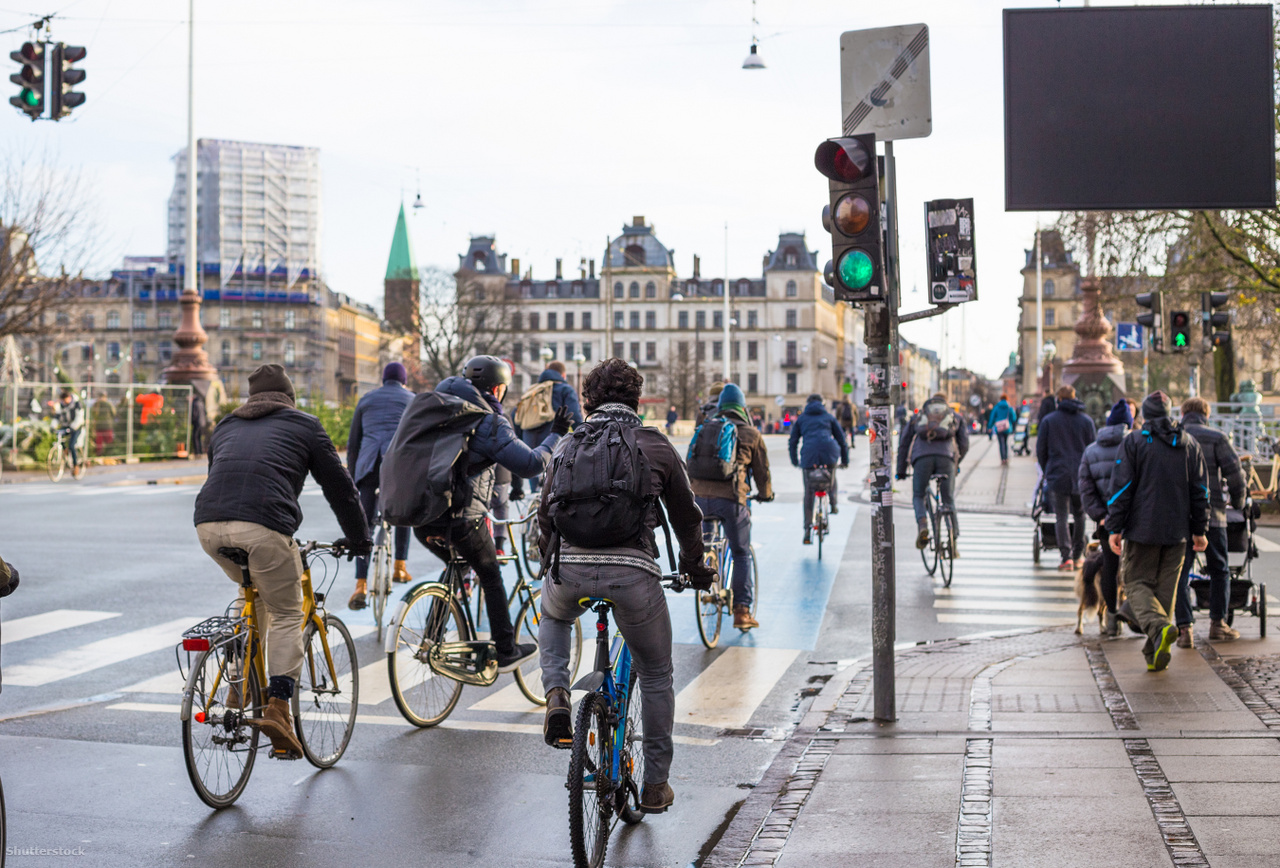 A füstmentes közlekedés egyik alternatívája: biciklizés. (Koppenhága)A fenti számoknak és folyamatoknak talán az a legfontosabb tanulsága, hogy saját elhatározásunkból és saját közvetlen környezetünkben is módunkban áll változtatni a káros szokásainkon és berögződéseinken, amelyek nemcsak minket, hanem környezetünket is terhelik. A Füstmentes nap mögötti elgondolás alapján első lépésként talán az a legfontosabb, ha belátjuk, hogy a dohányzás nemcsak saját egészségünkre, hanem másokéra is rendkívül káros, ezért a legjobb, ha tartózkodunk a dohányzástól. Ha ezt valamiért mégsem tesszük meg, akkor a füstmentes technológiákkal – amelyek használata során a cigarettához képest kevesebb káros anyag szabadulhat fel – tehetünk a saját és környezetünk védelmének érdekében.  Sokan tévesen azt gondolják, hogy ezek a technológiák leszoktató eszközök, pedig – ahogy a Brit Állami Egészségügyi Hatóság (PHE) rámutatott – ezen technológiák célja az ártalomcsökkentés. Fontos megjegyezni, hogy a füstmente