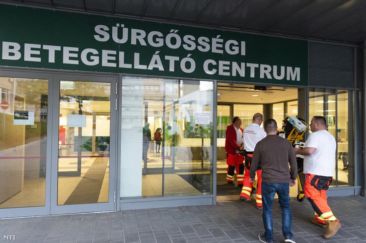 Mentõk érkeznek egy beteggel a nyíregyházi Jósa András Oktatókórház Sürgõsségi Betegellátó Centrumába