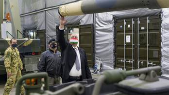 Korszerű hangárokban a hadsereg új Leopard tankjai Tatán