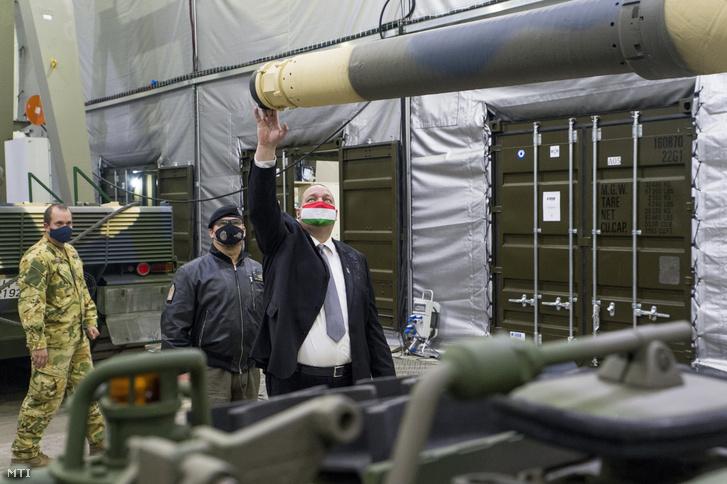 Németh Szilárd a Honvédelmi Minisztérium (HM) parlamenti államtitkára (j) és Lõrincz Gábor dandártábornok a tatai MH 25. Klapka György Lövészdandár parancsnoka (j2) az újonnan érkezett Leopard 2A4HU típusú harckocsik és az új hangárok átadásán a lövészdandár laktanyájában 2020. október 29-én.