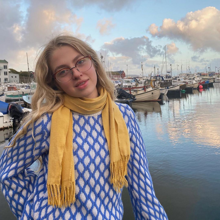 Majd gyors váltás, és Dániából már úgy jelentkezik be, mint egy bölcsészlány: szemüvegben, sállal