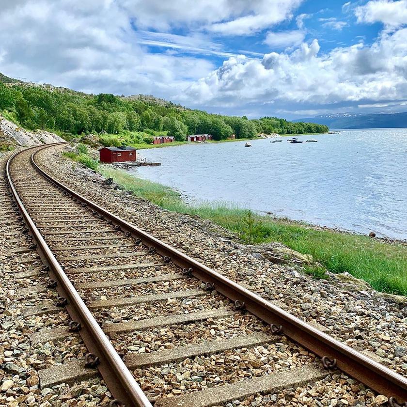 Bár a varázslatos vasútvonal télen sokkal népszerűbb, a gyönyörű táj akkor is elképesztő, amikor nem fed mindent hóréteg. Az Északi Vasút gyakran kristálytiszta vizű tavak mellett is elhalad, ami mesés látványt nyújt.