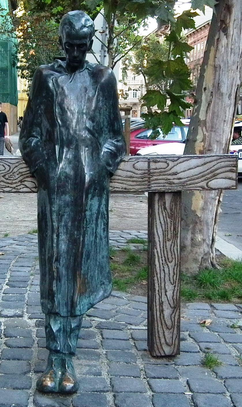 Kit ábrázol a képen látható szobor?