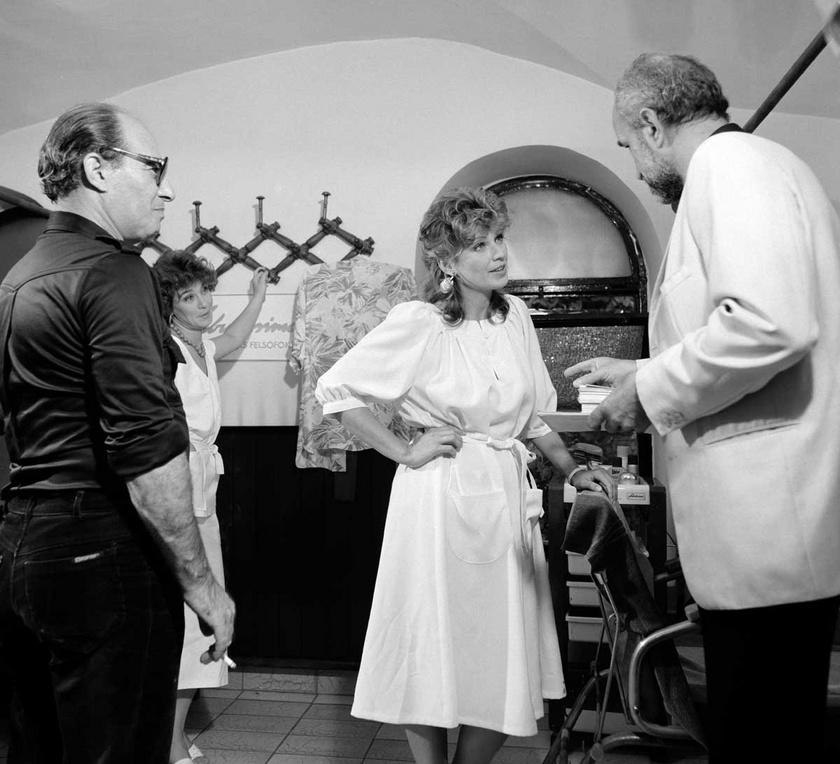 Horváth Ádám rendező 1987 szeptemberében a Gábor Gábort alakító Koltai Jánossal és Frajt Edittel a Szomszédok forgatásán.