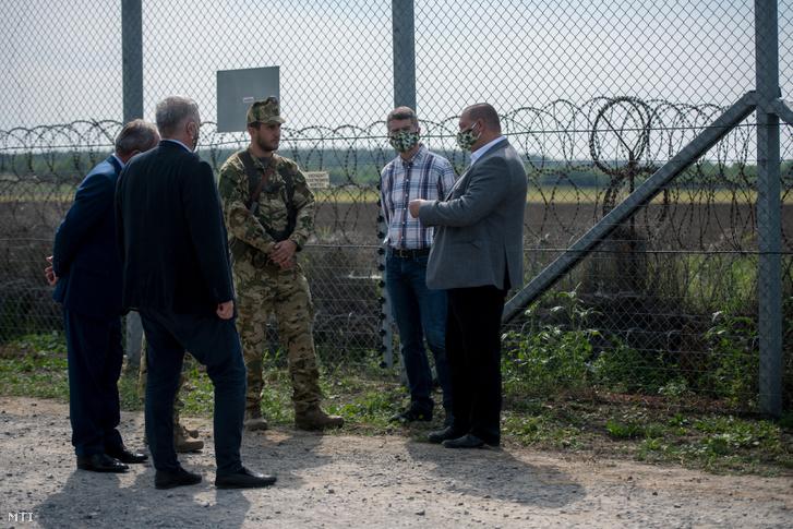 Németh Szilárd, a Fidesz-frakció bevándorlásellenes kabinetének vezetője, a Honvédelmi Minisztérium (HM) parlamenti államtitkára (j) beszélget a határon szolgálatot teljesítő katonákkal a kabinet üléséről szóló sajtótájékoztató után Hercegszántó közelében, a magyar-szerb határon 2020. szeptember 17-én.